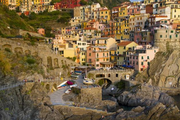 Schöne aufnahme der niedlichen stadt manarola mit bunten wohnhäusern