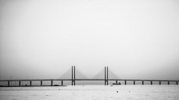 Schöne aufnahme der öresundbrücke in schweden in nebel gehüllt
