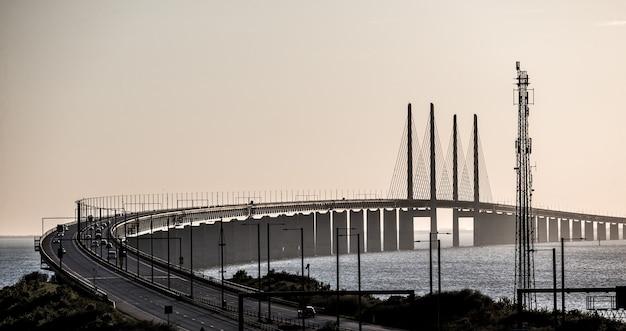 Schöne aufnahme der öresundbrücke mit autos in schweden