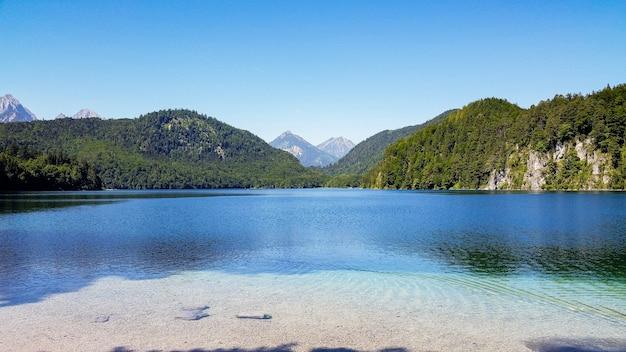 Schöne aufnahme des alpsees in schwangau, deutschland