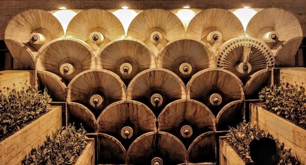Schöne aufnahme des berühmten brunnens des freilichtmuseums cascade in eriwan. armenien in der nacht