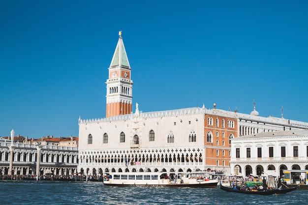 Schöne aufnahme des gebäudes piazza san marco in italien
