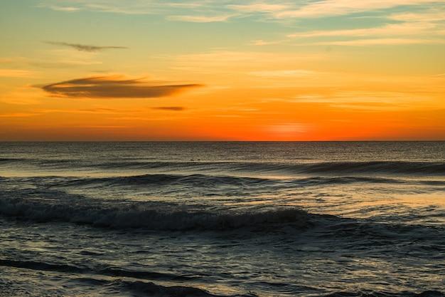 Schöne aufnahme des north entrance beach bei sonnenaufgang