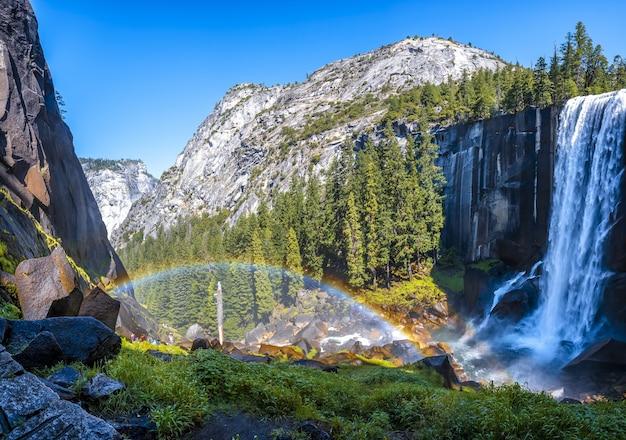Schöne aufnahme des wasserfalls vernal falls des yosemite-nationalparks in den usa