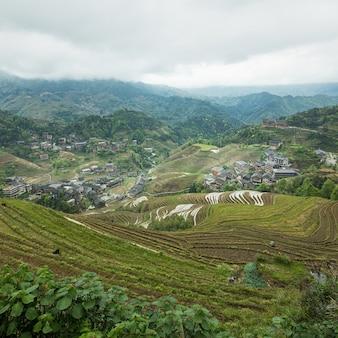 Schöne aufnahme einer chinesischen stadt, umgeben von erstaunlicher natur