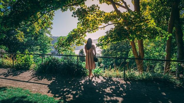 Schöne aufnahme einer frau in den gärten des palacio de cristal in porto, portugal
