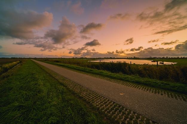 Schöne aufnahme einer ländlichen landschaft bei sonnenuntergang