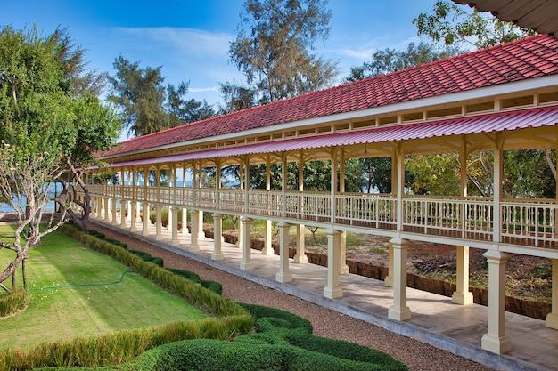 Schöne aufnahme einer parklandschaft mit alten torbögen in hua hin, thailand