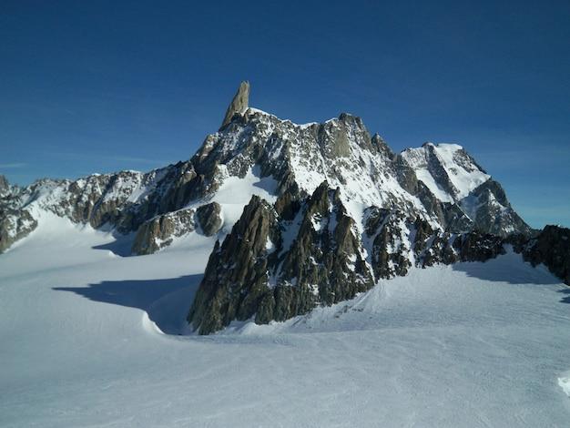 Schöne aufnahme einer verschneiten landschaft, umgeben von bergen in mont blanc