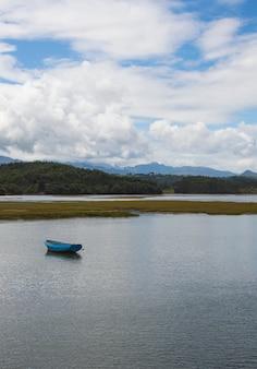 Schöne aufnahme eines bootes in einem meer