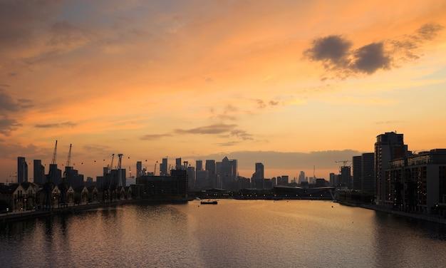 Schöne aufnahme eines fantastischen stadtbildes während eines sonnenuntergangs