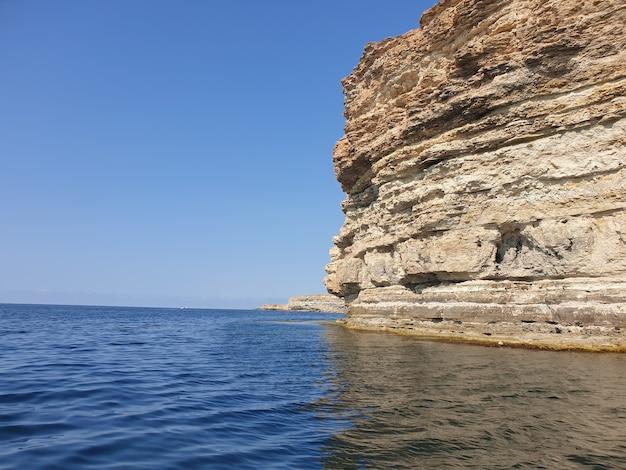 Schöne aufnahme eines meeres mit einer klippe