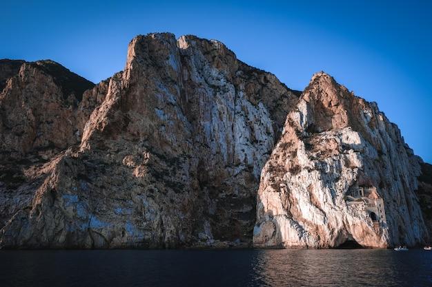 Schöne aufnahme eines meeres mit klippen im hintergrund