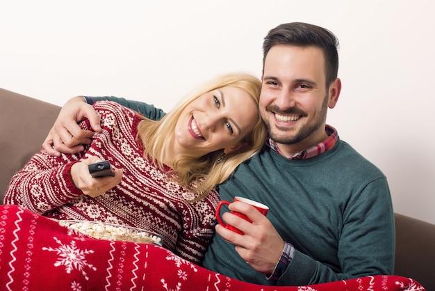Schöne aufnahme eines paares, das sich an den weihnachtsfeiertagen umarmt