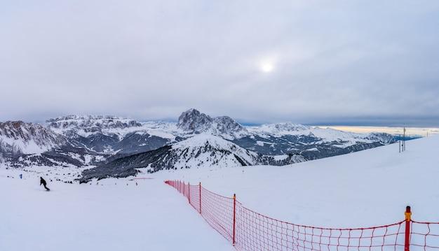 Schöne aufnahme eines snowboard-resorts in den bergen