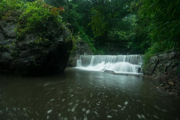 Schöne aufnahme eines wasserfalls unterhalb der meghalaya double root bridge