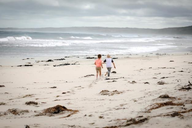 Schöne aufnahme von babys, die am strand spielen