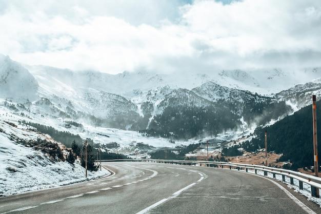 Schöne aufnahme von bergen, die tagsüber mit schnee bedeckt sind