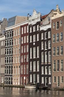 Schöne aufnahme von bunten gebäuden in amsterdam, niederlande