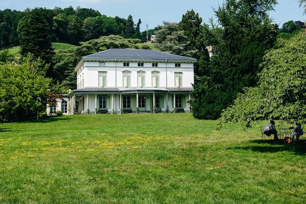Schöne aufnahme von chaplins weltmuseum in der schweiz, umgeben von üppiger natur