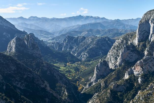 Schöne aufnahme von felsigen bergen an einem nebligen tag