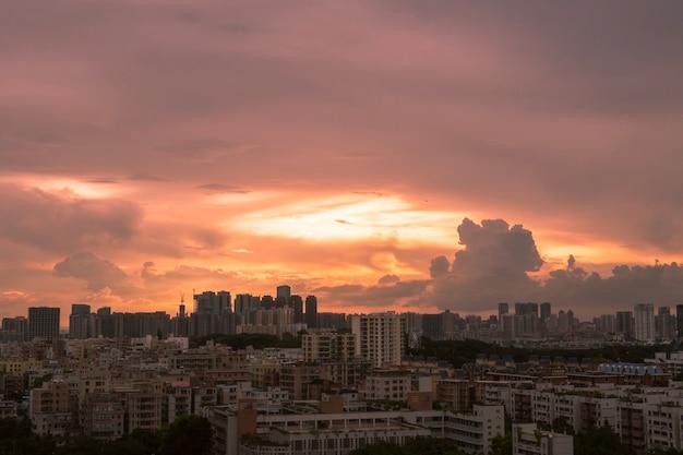 Schöne aufnahme von gebäuden unter einem rosa bewölkten himmel