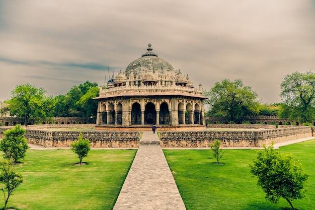 Schöne aufnahme von isa khans grab in delhi indien unter einem bewölkten himmel