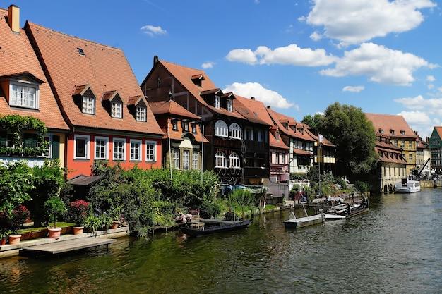Schöne aufnahme von klein venedig bamberg deutschland über einen fluss mit booten an einem wolkigen tageslicht