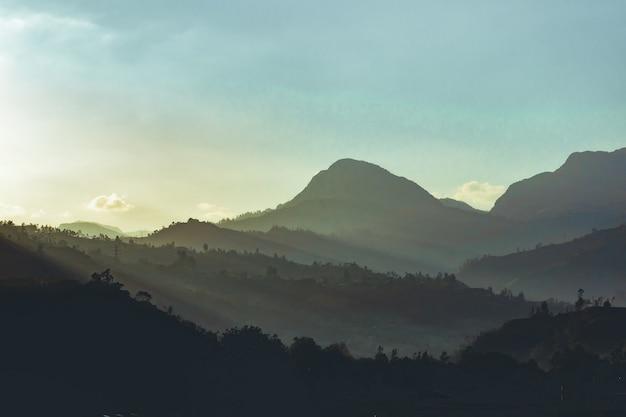Schöne aufnahme von kolumbianischen bergen mit einer landschaft des sonnenuntergangs im hintergrund