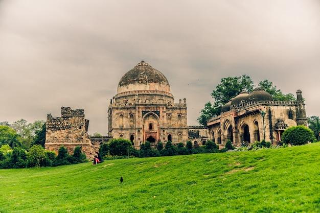 Schöne aufnahme von lodhi garden in delhi indien unter einem bewölkten himmel