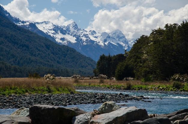 Schöne aufnahme von milford sound, neuseeland