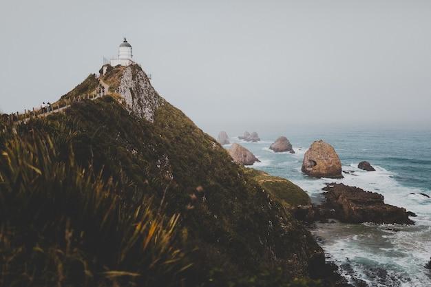 Schöne aufnahme von nugget point leuchtturm ahuriri in neuseeland