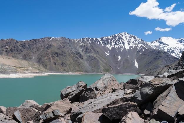 Schöne aufnahme von schneebedeckten bergen und einem see