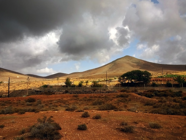 Schöne aufnahme von trockengebieten des corralejo-naturparks in spanien bei stürmischem wetter