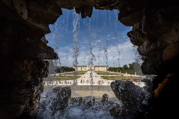 Schöne aufnahme von wasserfällen mit blick auf das schloss schönbrunn in wien, österreich