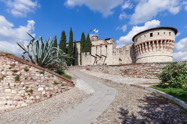 Schöne aussicht am eingang zum historischen schloss von brescia an einem sonnigen sommertag. lombardei, italien