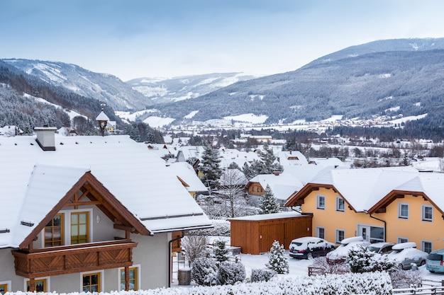 Schöne aussicht auf alpendorf in österreich