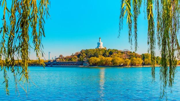 Schöne aussicht auf beihai see und jade island mit weißer pagode im beihai park. peking, china.