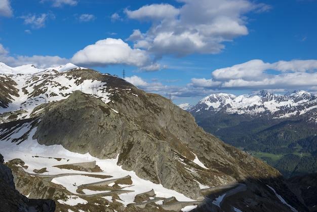 Schöne aussicht auf berge bedeckt mit schnee unter dem bewölkten himmel
