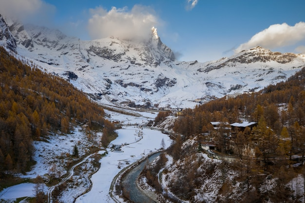 Schöne aussicht auf berge und wald mit weißem schnee im winter bedeckt