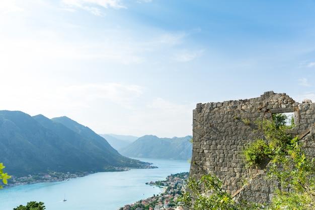 Schöne aussicht auf blaues meer und berge