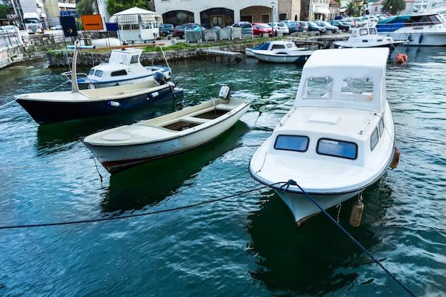 Schöne aussicht auf das blaue meer mit yacht