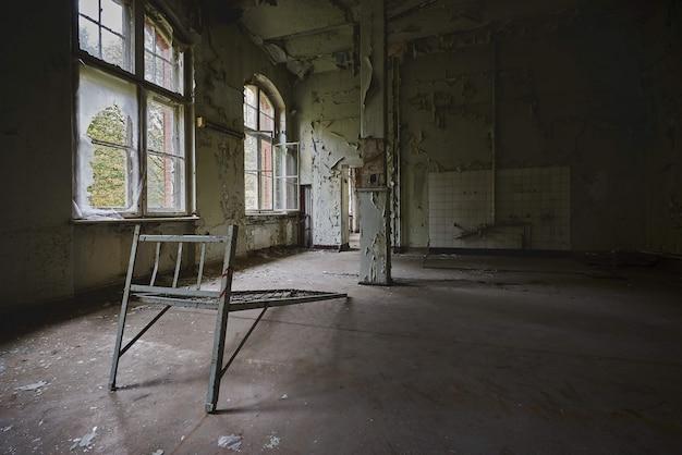 Schöne aussicht auf das innere eines alten verlassenen gebäudes