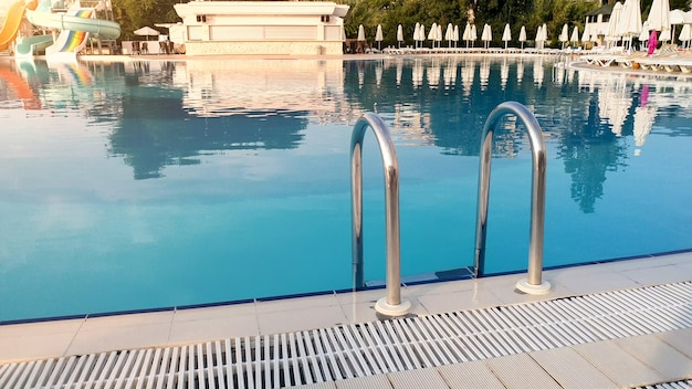 Schöne aussicht auf das ruhige wasser im schwimmbad auf den sonnenuntergang. Premium Fotos