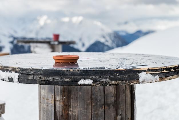 Schöne aussicht auf das tal im skigebiet in den schweizer alpen