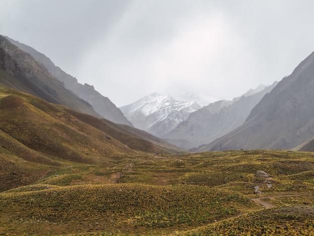 Schöne aussicht auf den aconcagua-berg aus dem tal des aconcagua-nationalparks, mendoza, argentinien