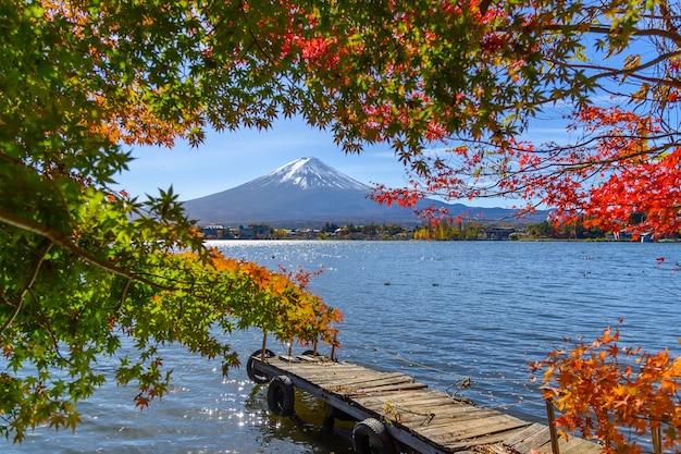 Schöne aussicht auf den berg fuji san mit bunten roten ahornblättern und wintermorgennebel in der herbstsaison