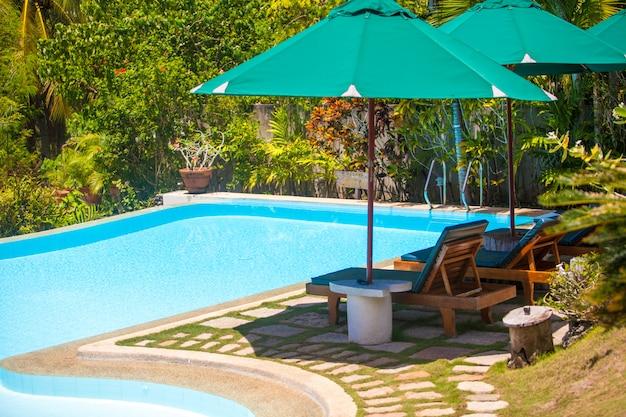 Schöne aussicht auf den garten und den pool in einem gemütlichen kleinen hotel