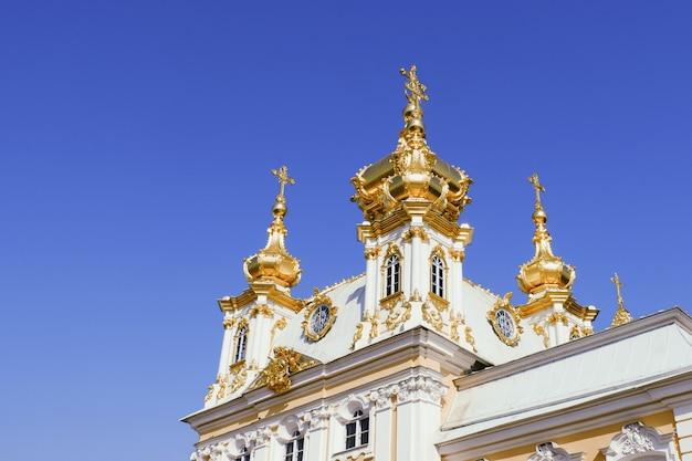 Schöne aussicht auf den grand palace im peterhof palace sankt petersburg russland.