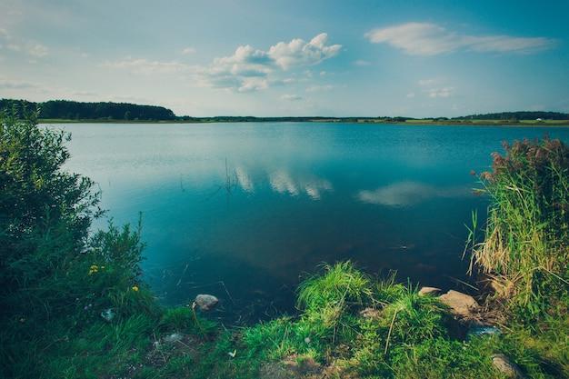 Schöne aussicht auf den großen see